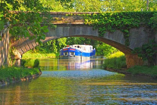 Luxury hotel barge Enchante, cruising the Canal du Midi